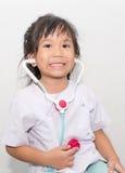 Piccola ragazza asiatica sveglia in costume di medico Fotografia Stock