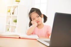 Piccola ragazza asiatica sveglia della figlia che sembra sconcertante Immagine Stock