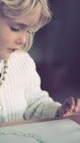 Piccola ragazza bionda bionda che fa artcraft Immagini Stock Libere da Diritti