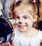Piccola ragazza bionda sveglia con faceart sulla festa di compleanno divertendosi sorridere felice, concetto della gente di stile Fotografia Stock Libera da Diritti