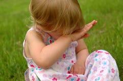 Piccola ragazza bionda, triste fotografie stock libere da diritti