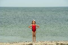 Piccola ragazza capricciosa sulla spiaggia Fotografia Stock Libera da Diritti