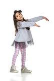 Piccola ragazza castana nella posa alla moda del vestito Immagini Stock Libere da Diritti
