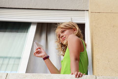 Piccola ragazza caucasica bionda con l'aereo di carta, ritratto all'aperto Immagine Stock Libera da Diritti