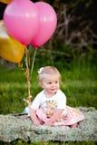 Piccola ragazza caucasica bionda felice fuori con i palloni fotografia stock libera da diritti