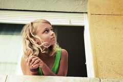 Piccola ragazza caucasica bionda nella finestra Fotografie Stock Libere da Diritti