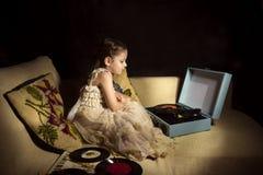 Piccola ragazza caucasica che ascolta un'annotazione di fonografo Fotografia Stock Libera da Diritti