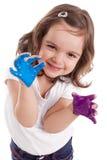 Piccola ragazza caucasica con le mani verniciate Fotografia Stock