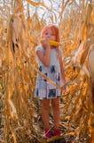 Piccola ragazza caucasica di sei anni sull'azienda agricola Ragazza sveglia felice immagini stock