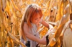 Piccola ragazza caucasica di sei anni sull'azienda agricola Ragazza sveglia felice fotografia stock