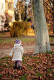 Piccola ragazza che cammina in una sosta Fotografie Stock Libere da Diritti