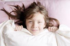 piccola ragazza che esamina macchina fotografica Fotografie Stock Libere da Diritti
