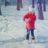 Piccola ragazza che gioca con la neve immagini stock libere da diritti