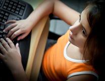 Piccola ragazza che lavora con un calcolatore nel paese Fotografia Stock