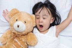 Piccola ragazza cinese asiatica che dorme con l'orsacchiotto Fotografie Stock Libere da Diritti