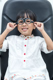 Piccola ragazza cinese asiatica che fa l'esame di occhi fotografia stock