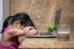 Piccola ragazza cinese asiatica che gioca computer Immagini Stock