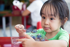 Piccola ragazza cinese asiatica che mangia riso glutinoso Fotografia Stock