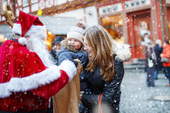 Piccola ragazza del bambino con la madre sul mercato di Natale Fotografia Stock Libera da Diritti