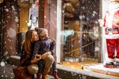 Piccola ragazza del bambino con la madre sul Natale Fotografie Stock Libere da Diritti