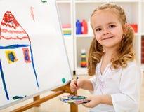 Piccola ragazza dell'artista fiera di lei lavoro Immagini Stock