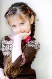 Piccola ragazza di bellezza con la treccia scura lunga Fotografia Stock