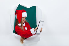 Piccola ragazza di Santa che per mezzo del computer della compressa - con lo spazio della copia Fotografie Stock