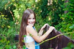 Piccola ragazza divertente con capelli lunghi, ritratto in un parco verde su un'estate fotografia stock libera da diritti