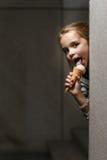 Piccola ragazza divertente con gelato Fotografia Stock