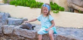 Piccola ragazza felice adorble con la piccola tartaruga Fotografia Stock