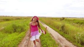 Piccola ragazza felice di aria aperta che gioca sul prato, tramonto, estate modificato il bambino della ragazza funziona lungo il archivi video