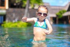 Piccola ragazza felice sveglia nella piscina durante Fotografia Stock Libera da Diritti
