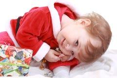 Piccola ragazza felice in vestiti della Santa rossa Fotografia Stock Libera da Diritti