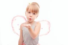 Piccola ragazza graziosa che invia i baci dell'aria Fotografia Stock
