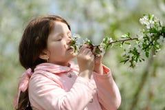 Piccola ragazza graziosa che sogna nel giardino verde Fotografia Stock