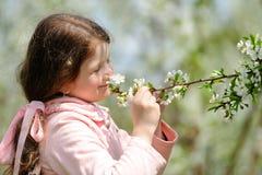 Piccola ragazza graziosa che sogna nel giardino verde Fotografia Stock Libera da Diritti