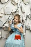 Piccola ragazza graziosa con i telefoni Immagini Stock Libere da Diritti