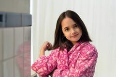 Piccola ragazza ispana che spazzola i suoi capelli Immagine Stock Libera da Diritti