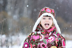 Piccola ragazza nella forte caduta della neve Fotografia Stock