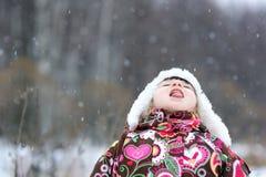 Piccola ragazza nella forte caduta della neve Immagini Stock