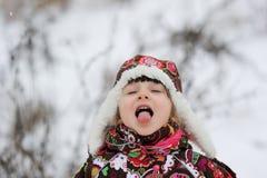 Piccola ragazza nella forte caduta della neve Immagini Stock Libere da Diritti
