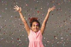 Piccola ragazza nera felice al fondo bianco dello studio fotografia stock libera da diritti
