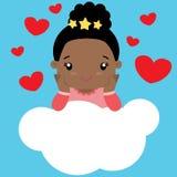 Piccola ragazza nera sveglia nell'amore che si siede su una nuvola Immagini Stock Libere da Diritti