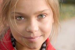 Piccola ragazza sorridente piacevole Fotografia Stock