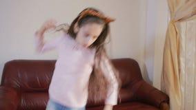 Piccola ragazza sveglia che balla e che imbroglia intorno a casa video d archivio
