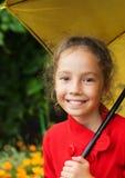 Piccola ragazza sveglia che tiene un ombrello Fotografie Stock