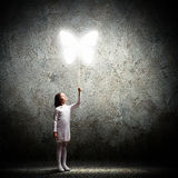 Piccola ragazza sveglia con il pallone della farfalla Fotografia Stock