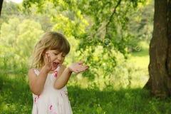 Piccola ragazza sveglia con le bolle di sapone Fotografia Stock Libera da Diritti