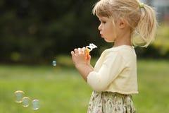 Piccola ragazza sveglia con le bolle di sapone Immagini Stock Libere da Diritti
