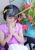 Piccola ragazza sveglia del yuppie nella preghiera Fotografie Stock Libere da Diritti